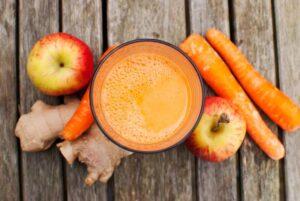 Apfel-Karotte-Saft mit Zitrone