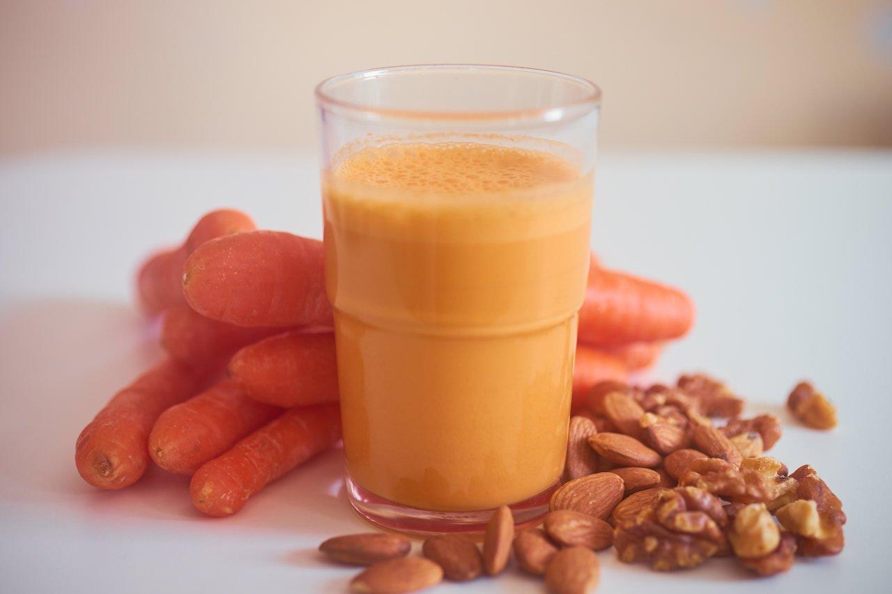 Karottensaft mit Mandel und Walnuss