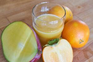 Orangensaft mit Mango und Persimmon