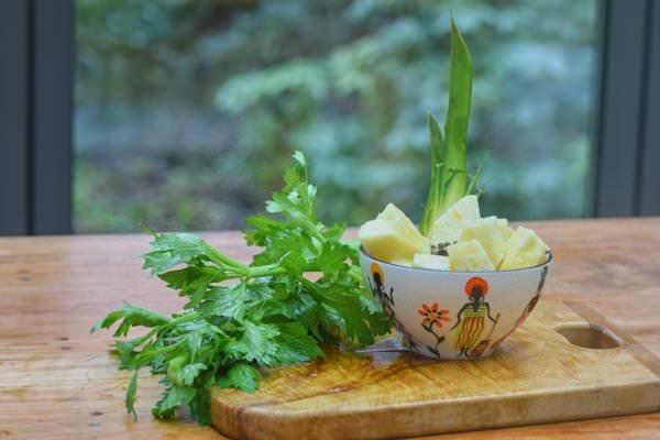 Zutaten für Selleriesaft mit Ananas und Papaya